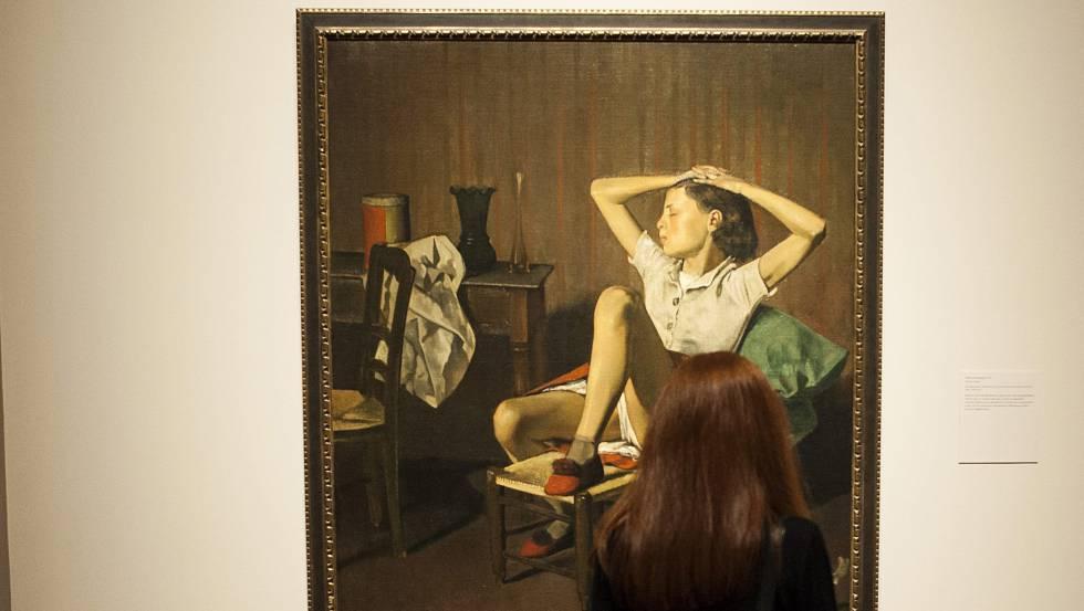 Una mujer observa el lienzo de Balthus 'El sueño de Teresa' en el Metropolitan de Nueva York.