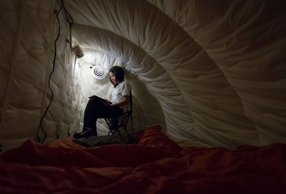 Una científica, en 'Hera', un simulador de la NASA en Houston que imita el interior de una nave espacial.
