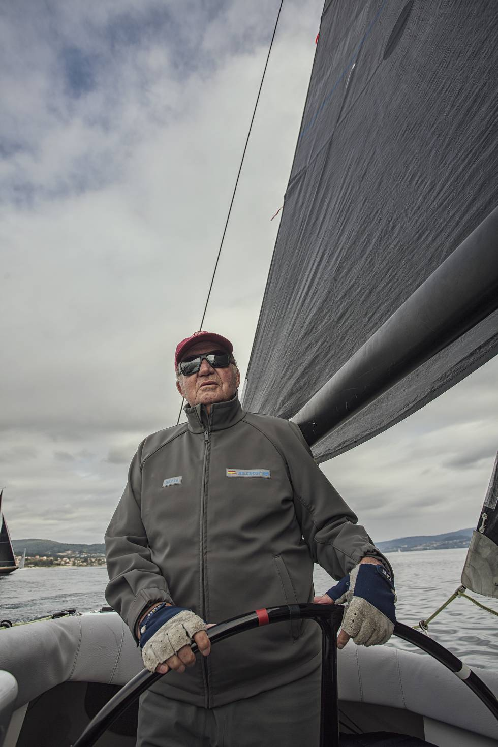 Juan Carlos I, a la rueda del nuevo 'Bribón', un velero de la clase 6mR, poco antes de la salida de la última regata del circuito nacional 2017 de la categoría en Sanxenxo (Galicia).