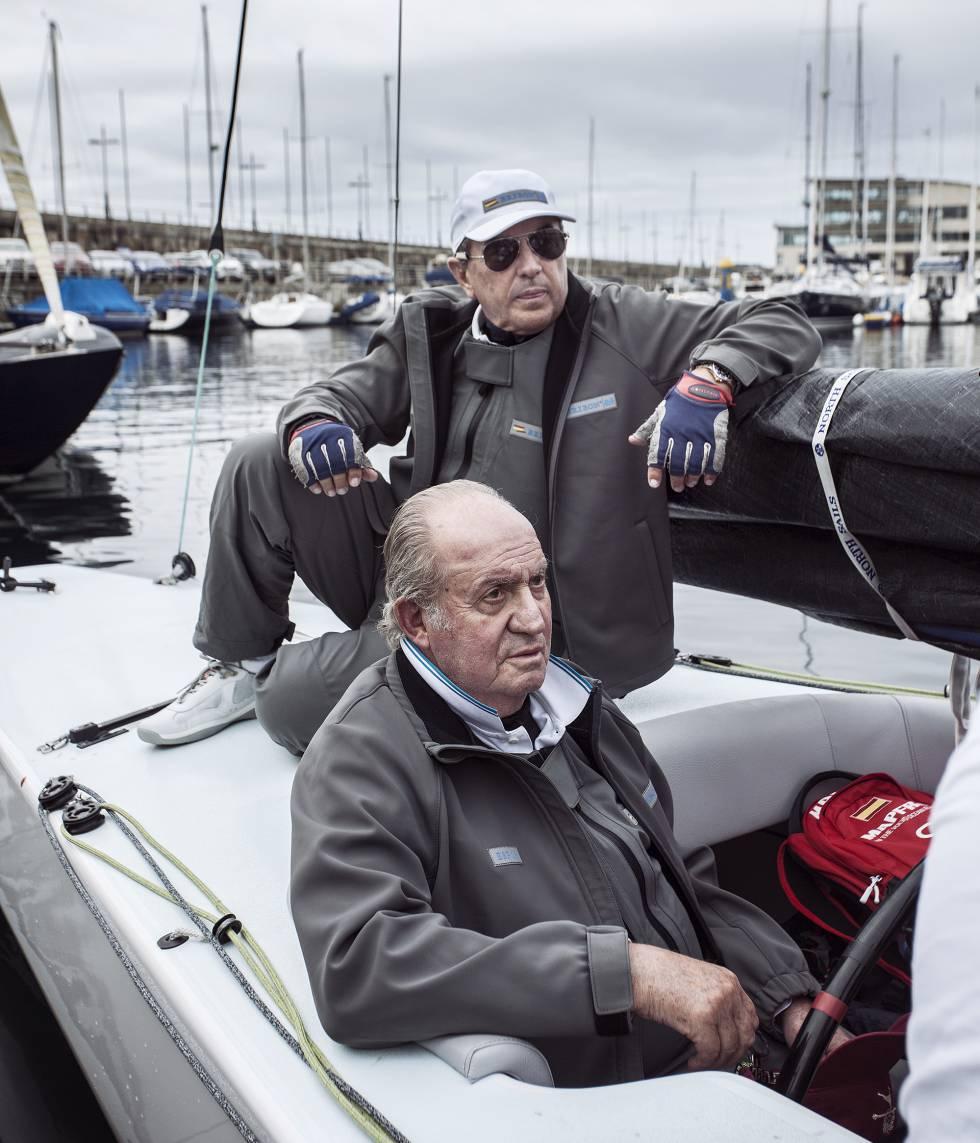Juan Carlos I con Pedro Campos, uno de los regatistas más prestigiosos del mundo, a bordo del nuevo 'Bribón' de la clase 6mR.