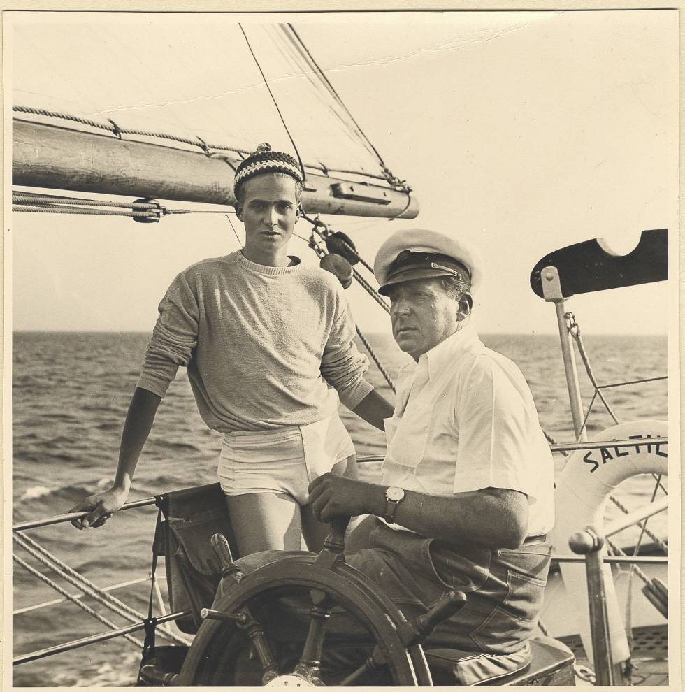 Juan Carlos I aprendió a navegar con su padre, Juan de Borbón y Battenberg, conde de Barcelona. En la imagen, padre e hijo a bordo del 'Saltillo'.