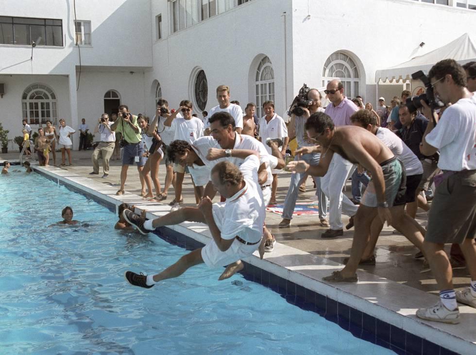 La tripulación del 'Bribón', con Pedro Campos en primer término, lanza a Juan Carlos I a la piscina del Náutico de Palma tras ganar la Copa del Rey en 1993.