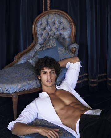Francisco Henriques lleva camisa y pantalón Bottega Veneta y bóxer Paco Rabanne.