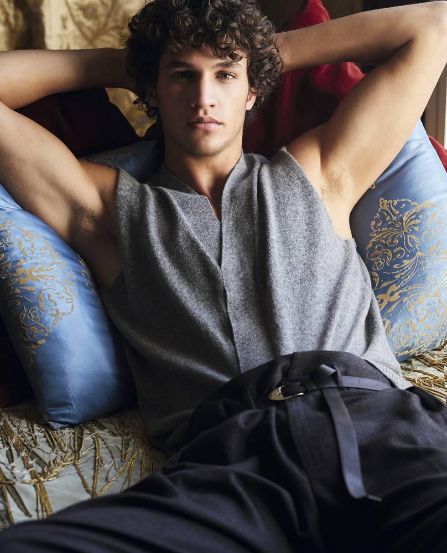 Chaleco de punto gris, pantalón y cinturón, todo, Louis Vuitton.