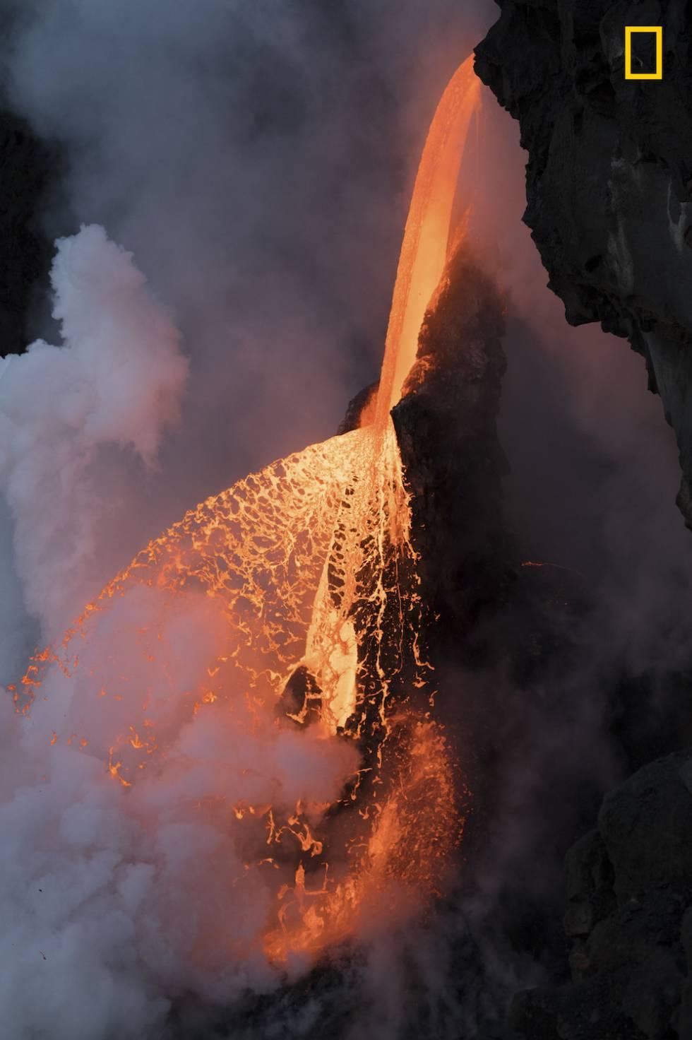 Cascada de lava en Kalapana, Hawái