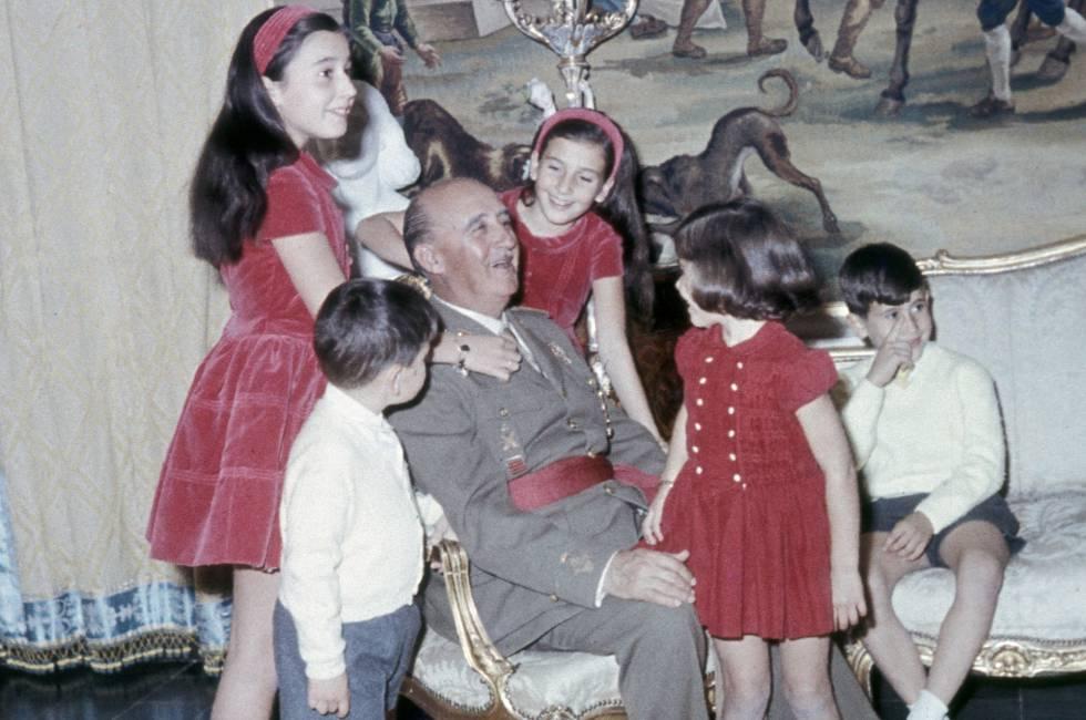Franco con sus cinco nietos mayores en el Palacio de El Pardo.