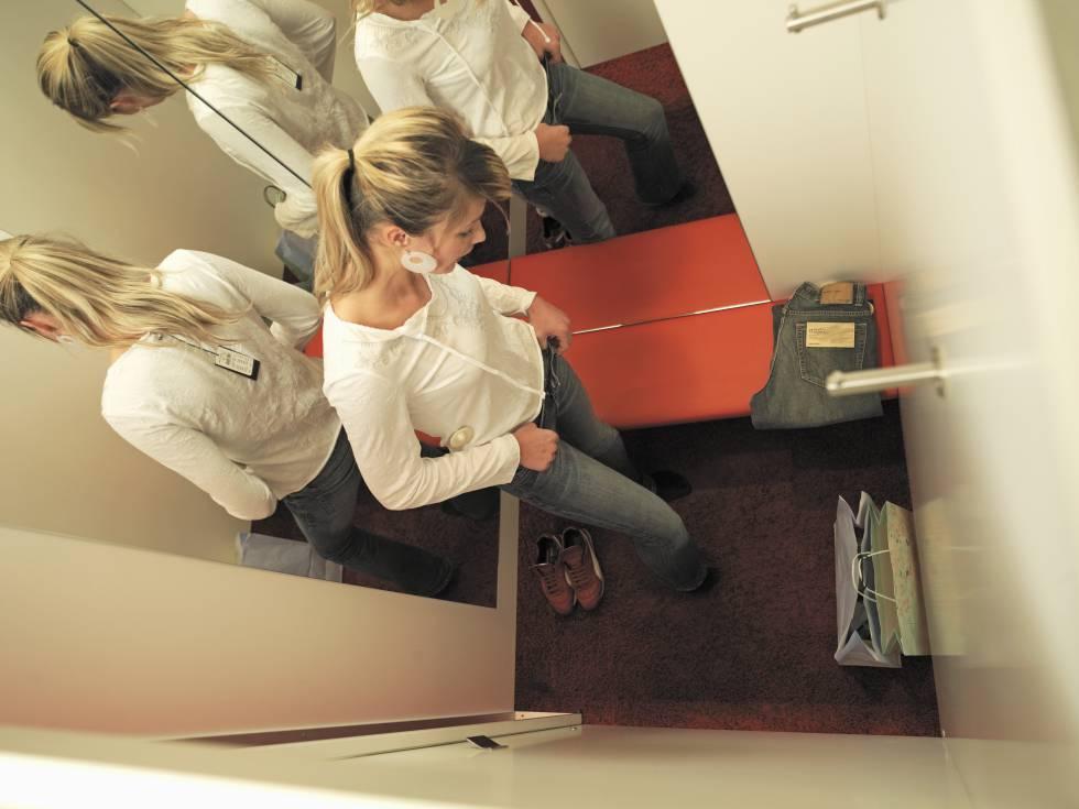Una mujer se prueba ropa en una tienda.