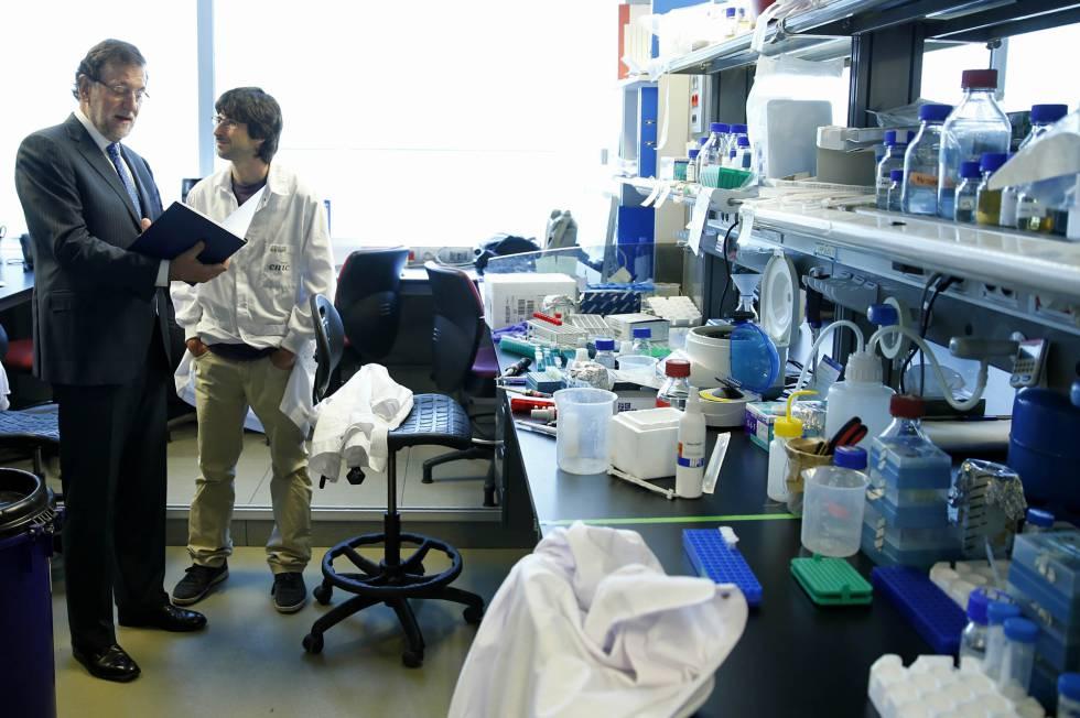 El presidente del Gobierno, Mariano Rajoy, durante su visita a uno de los laboratorios del CNIC en Madrid, el 12 de junio de 2014.