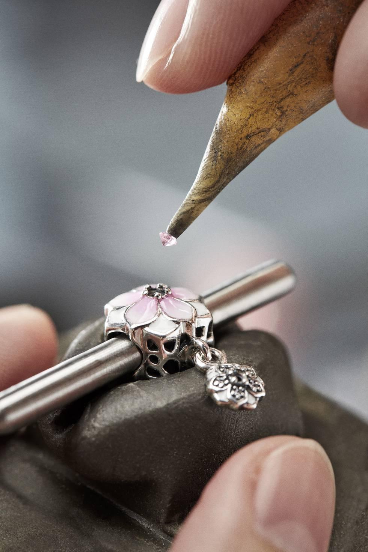 Los procesos orfebres abarcan técnicas como la soldadura, el engastado, el chapado, la oxidación o el lacado.