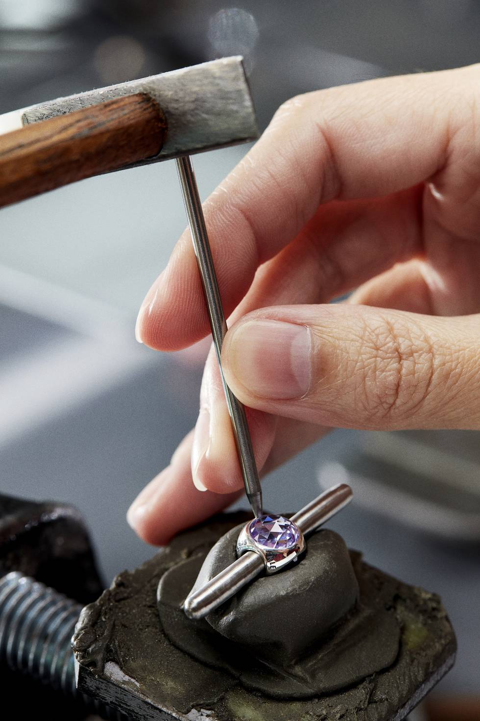 Producidas en Tailandia, todas las joyas se fabrican de forma artesanal.