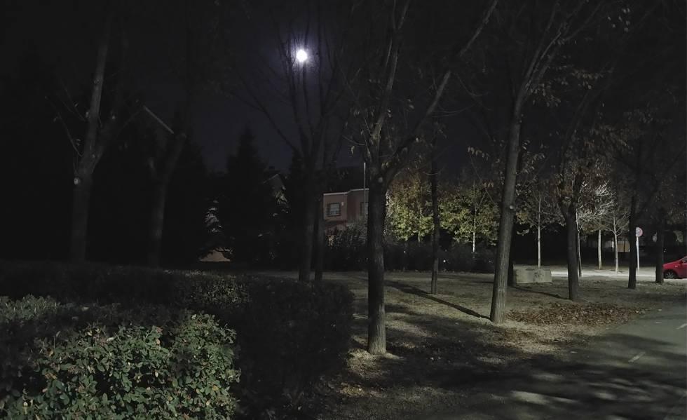 Fotografía de una noche cerrada tomada con el LG V30 con iluminación externa escasa.