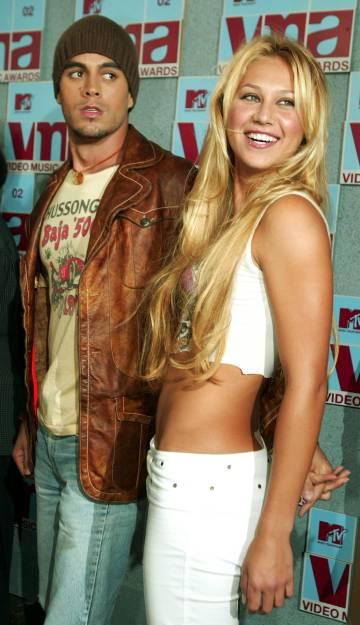 El cantante Enrique Iglesias y su novia la tenista Anna Kournikova asistiendo a los premios MTV celebrados en Nueva York en 2002.