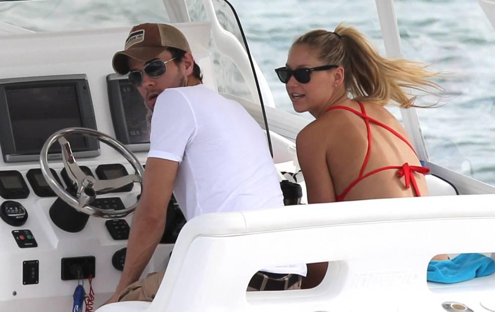 Enrique Iglesias y Anna Kournikova, en aguas de Biscayne Bay, Miami, en mayo de 2013.