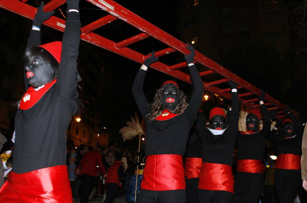 Alcoy's black Christmas 'pajes' (pages) prepare to deliver presents.