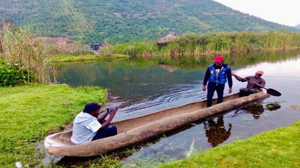 Breezy Beats graba a Clef Musica en el lago Bunyonyi, Uganda.