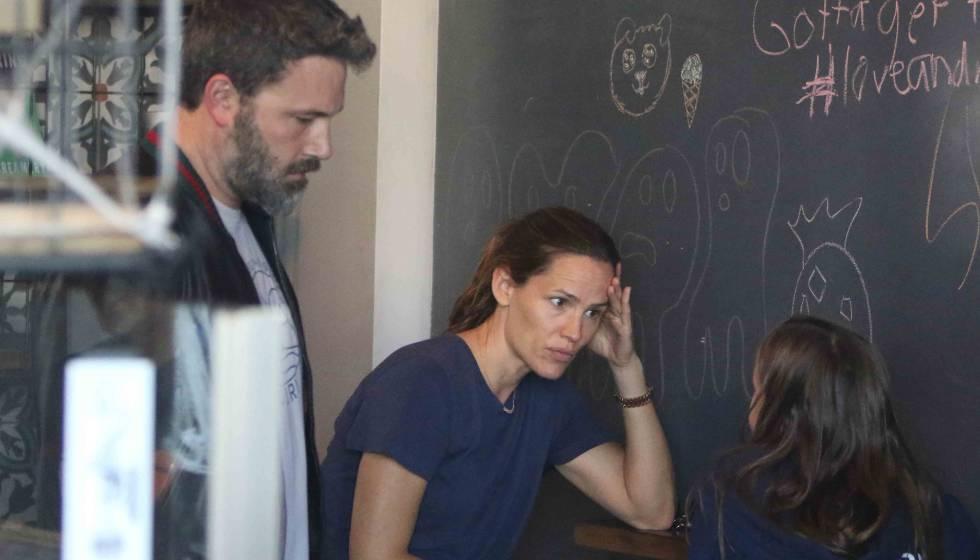 Ben Affleck, Jennifer Garner y una de sus hijas, en una cafetería de Santa Mónica el pasado 12 de octubre.