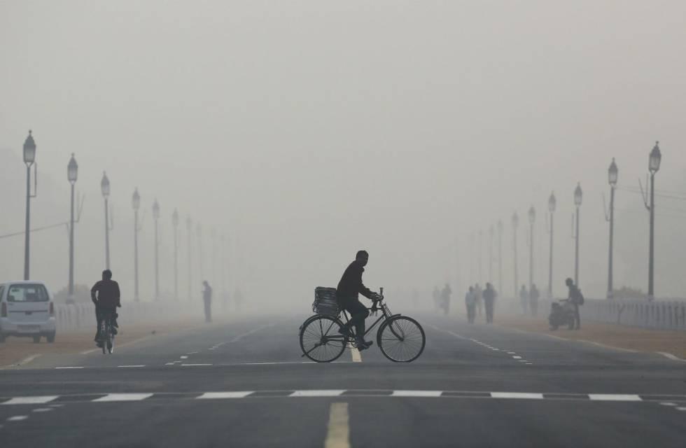 Contaminación atmosférica en una de las calles de Delhi, India