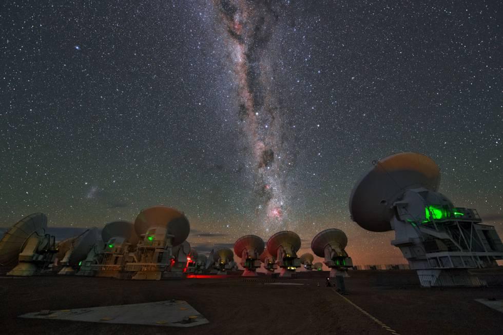 Las antenas del telescopio ALMA, en Chile, uno de los que se usaron para captar la fusión de las dos estrellas de neutrones.