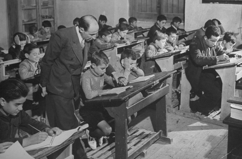 Un profesor da clase a 52 alumnos en diciembre de 1945 en España. rn