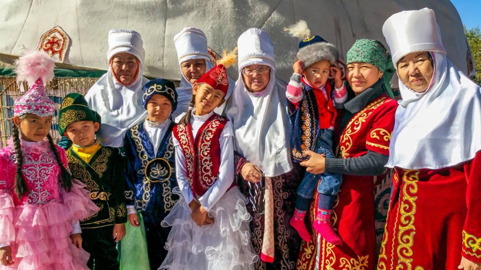 Familia kazaja fotografiada cerca de Almaty