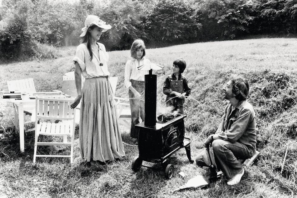 Charlotte (a menor) de férias na Normandia com sua meia-irmã, Kate, e seus pais, Serge Gainsbourg e Jane Birkin.