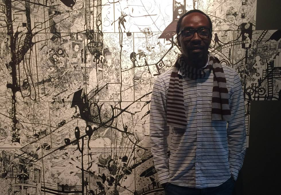 Ramón Esono, delante de su obra 218 en la Bienal de Curitiva.