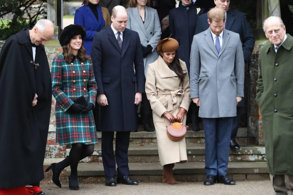 Arriba, de izquierda a derecha: las princesa Beatriz, Eugenia y Ana, el príncipe Andrés. Abajo, los duques de Cambridge, Meghan Markle, Enrique de Inglaterra y el duque de Edimburgo a las puertas de la iglesia.