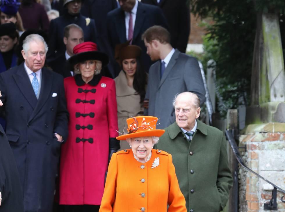 Isabell II y el duque de Edimburgo, seguidos de la familia real británica, a la salida de la iglesia.