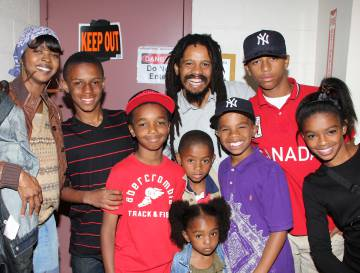 Lauryn Hill, Rohan Marley y sus hijos en el 'backstage' del musical 'Spider-Man Turn Off The Dark' en Broadway, en 2011.