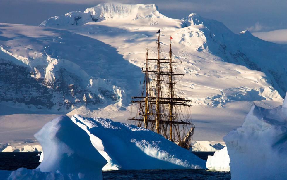 La arboladura del bergantín 'Bark Europa' asoma entre hielos en la Península Antártica, el 26 de enero de 2016.