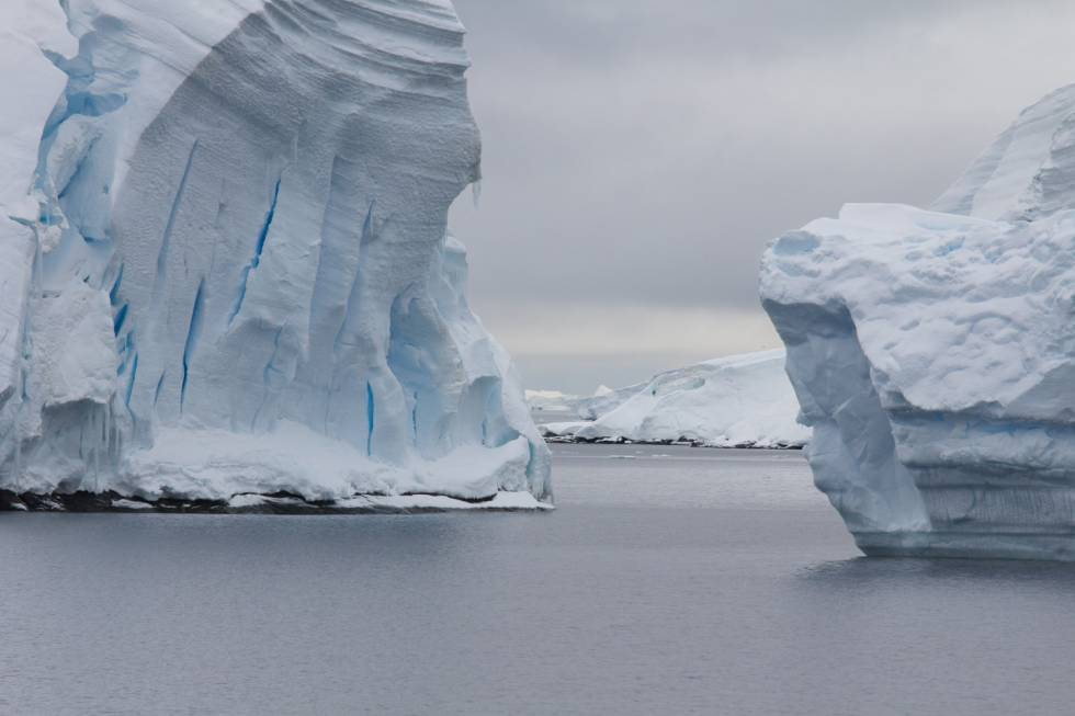 Grandes icebergs en el Canal de Lemaire (Península Antártica), uno de los lugares navegables más bellos e impresionantes de la Antártida, dada la estrechez del paso, rodeado de montañas de gran verticalidad y glaciares.