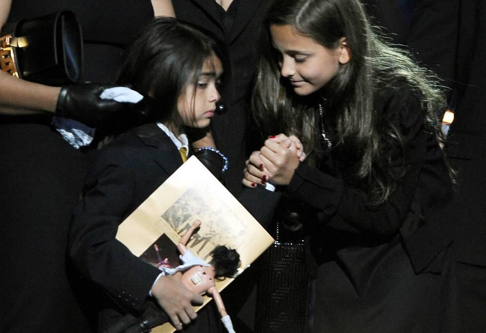Blanket y Paris Jackson, en el funeral en memoria de su padre celebrado en el Staples Center de Los Ángeles, en julio de 2009.
