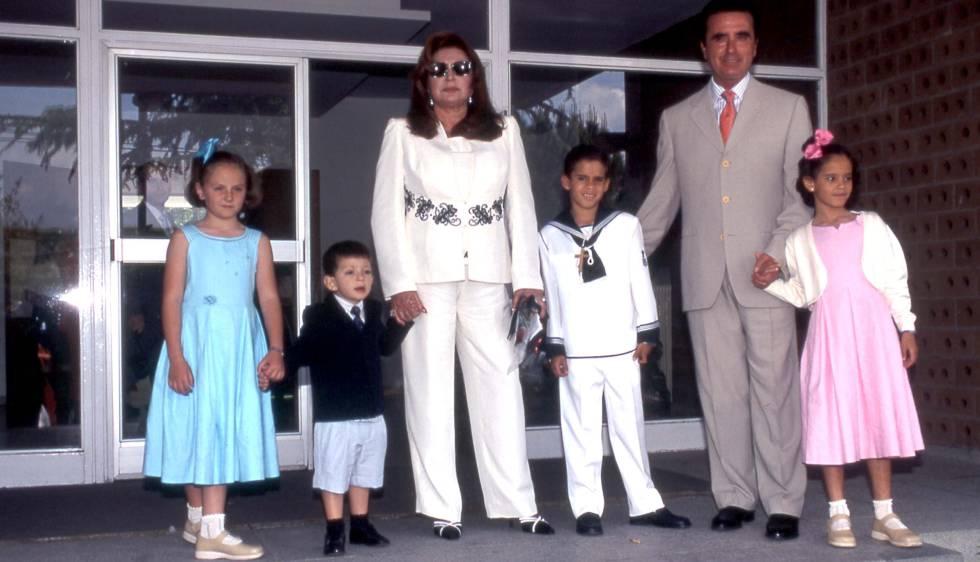 Rocío Jurado y Ortega Cano, junto a sus su nietos Rocío y David (izquierda) y sus hijos adoptivo Gloria Camila y José Fernando, en 2003.