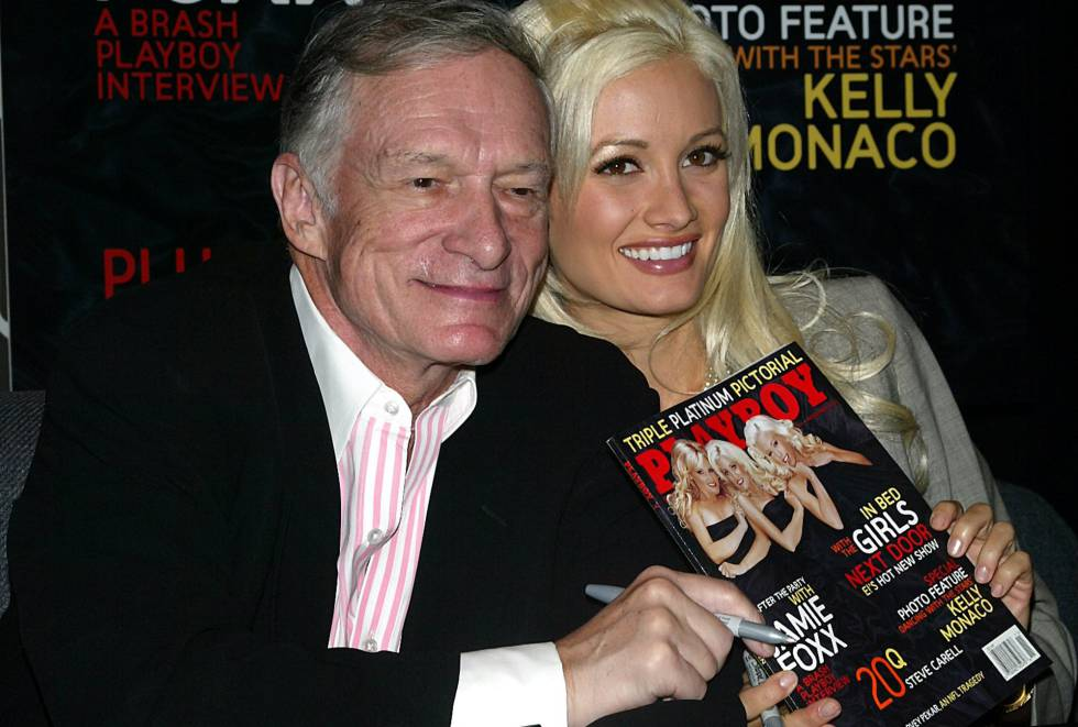 Hugh Hefner y Holly Madison, en 2005 con una revista.