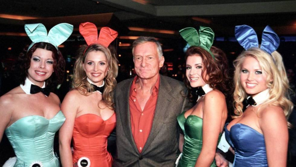 Hugh Hefner mientras posa para una fotografía junto con modelos en el hotel Hard Rock en Las Vegas, (Estados Unidos), en 2001.