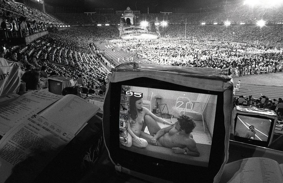Un monitor de televisión muestra pornografía en la tribuna de prensa durante la ceremonia de inauguración de los Juegos Olímpicos de Barcelona 1992.