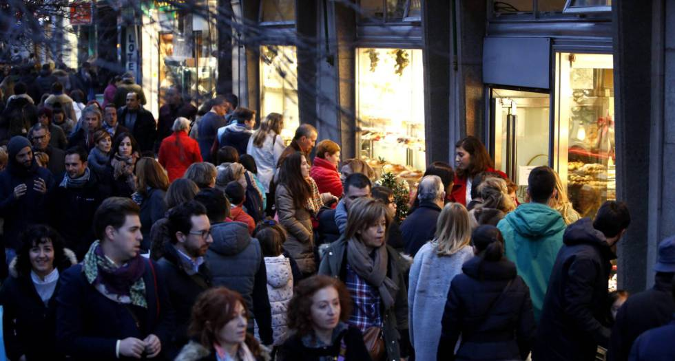 Despite a surge in online sales, the streets of Madrid are still packed with shoppers.