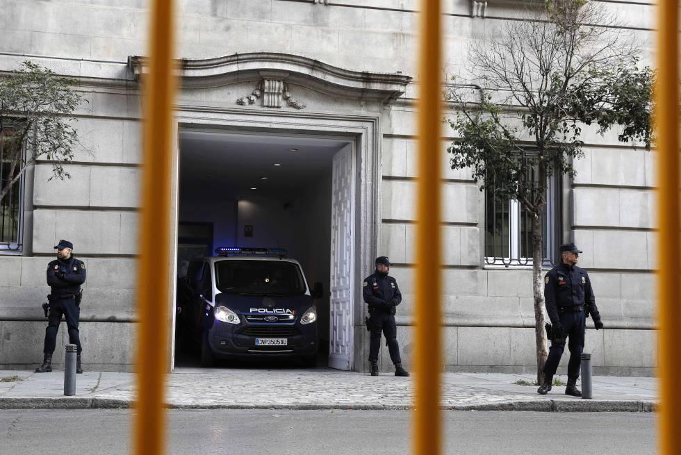 Los presos independentistas entran en el Supremo en furgones de la policía.