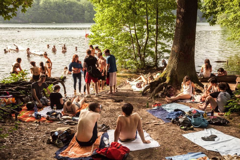 Bañistas en el lago Schlachtensee lago, en Berlín.