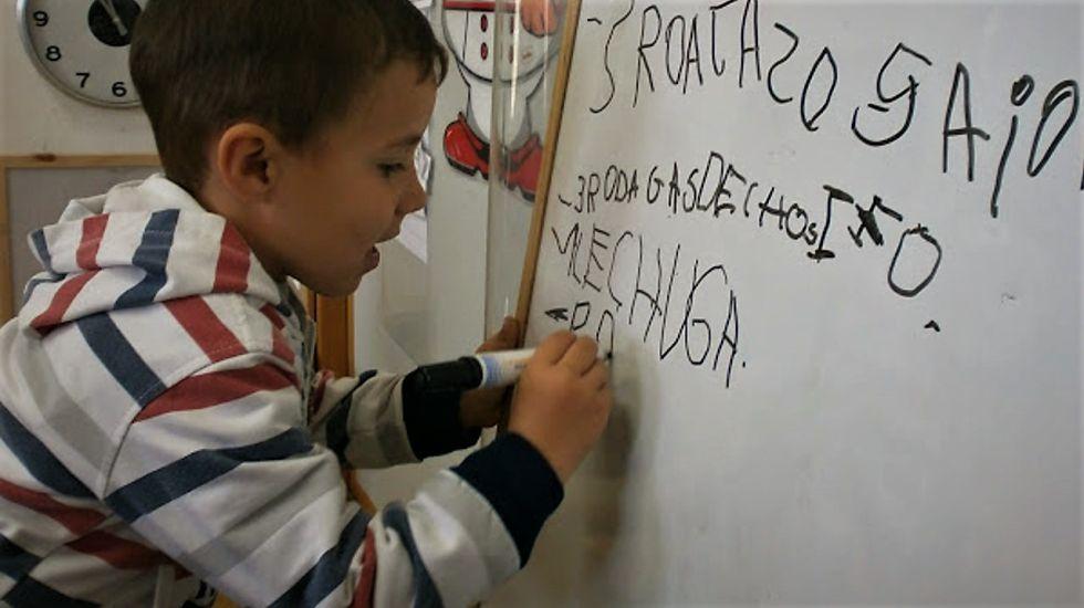 Alumno de 4 años elaborando la lista de la compra en gran grupo | CARMEN CAÑABATE