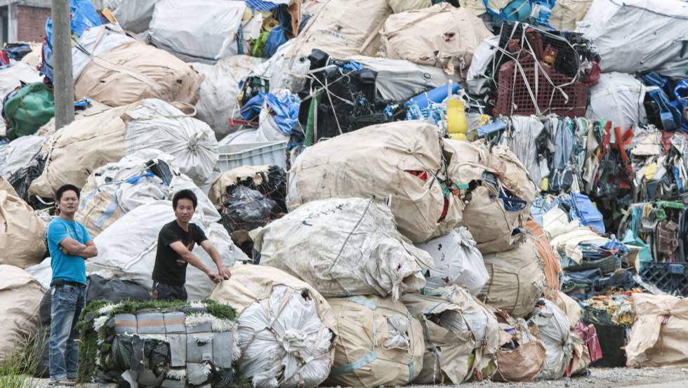 Montañas de plástico importado esperan a ser recicladas en las instalaciones de Guiyu.