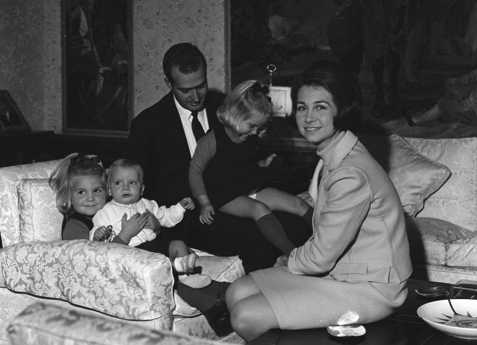 A young Juan Carlos with his wife Queen Sofía and children Elena, Cristina and Felipe.