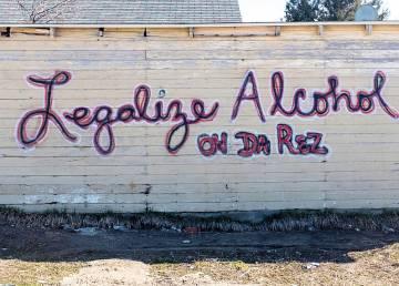 Una pintada pide la legalización de la venta de alcohol en la reserva de Pine Ridge.
