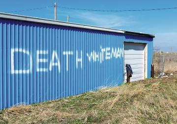 Una construcción precaria en Whiteclay relaciona la localidad con eso conocido como muerte.
