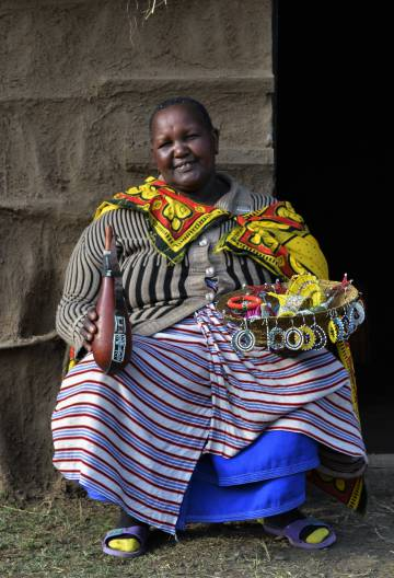 La másai Martha Daudi, de 66 años, es una antigua mutiladora. En una mano lleva la calabaza donde guardaba la leche con la que limpiaba la zona antes de mutilar. En la otra, sujeta los abalorios que hace ahora para ganarse la vida.