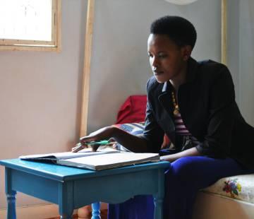 Leah Mollel, de 24 años, estudia para sus exámenes finales. Todavía está estudiando Secundaria, ya que sus padres la escolarizaron de forma tardía.