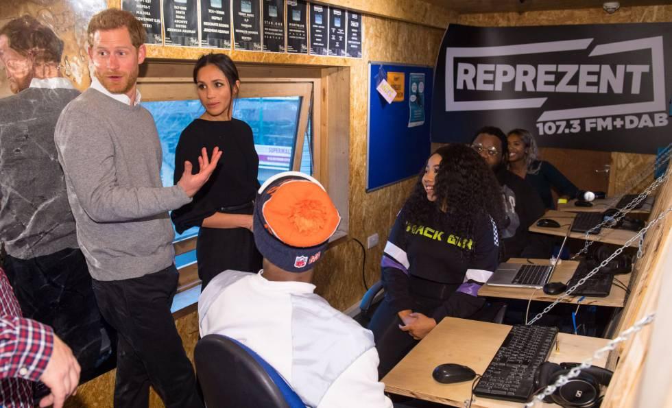 El príncipe Harry y su prometida en las instalaciones de la emisora Represent FM.