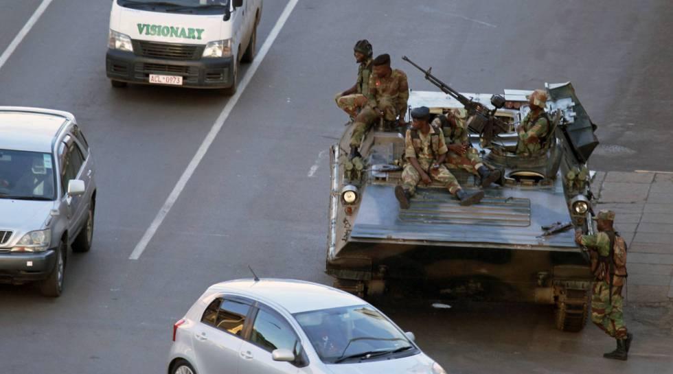 Soldados controlan una carretera en Harare, capital de Zimbabue, el 15 de noviembre de 2017.