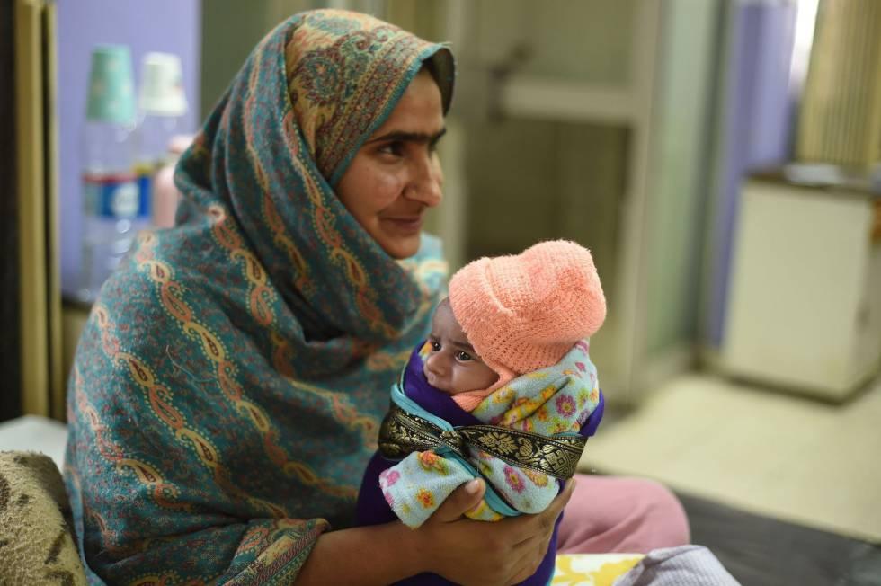 Sartaj con su hija de 15 días Kinza, ingresada por diarrea en un hospital de Islamabad (Pakistán), el pasado mes de diciembre.