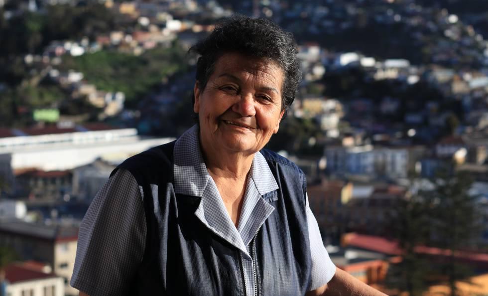 Sofía Zárate posa en el balcón de su casa después de pasar siete horas recorriendo los cerros para visitar a los ancianos que viven solos.
